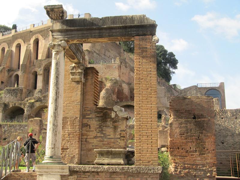 Tempio divesta e casa delle vestali romainteractive for Piani casa del cortile